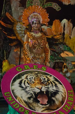 http://media.saocarlosagora.com.br/_versions_/uploads/galerias/20120220/veja-mais-fotos-do-desfile-das-escolas-de-samba-em-sao-carlos/veja-mais-fotos-do-desfile-das-escolas-de-samba-em-sao-carlos-23_s300.jpg