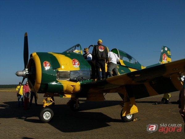 Avião T28 Trojan que caiu com Arruda Botelho na tarde de hoje (13). (foto: Cavok Brasil).