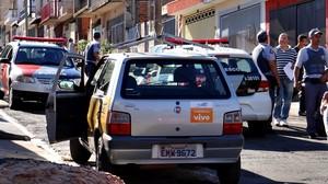 Uno da empresa de telefonia foi abandonado no Tortorelli. (foto Luciano Lopes)