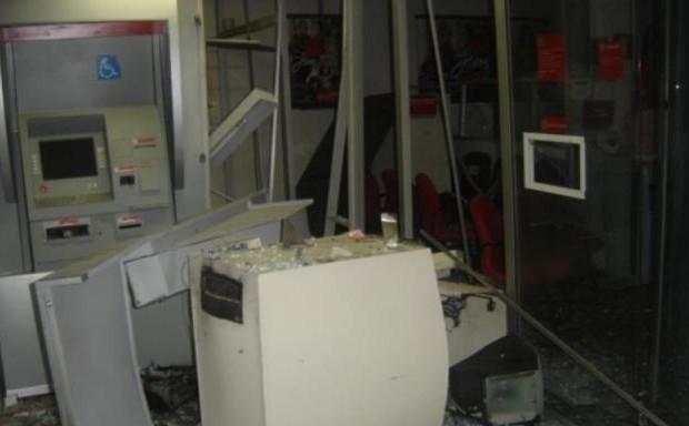 No Santander, um caixa eletrônico foi arremessado a alguns metros de distância. (Foto: Araraquara.com)