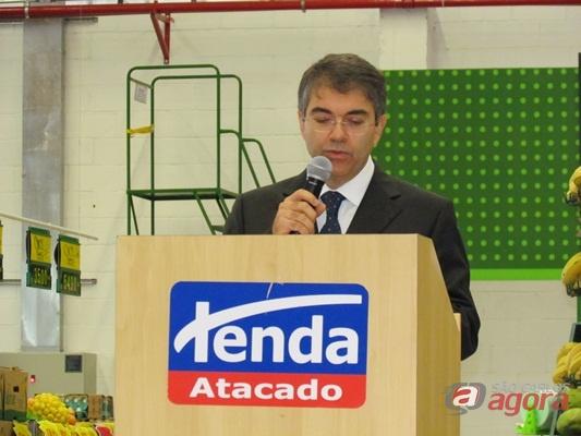 Carlos Eduardo Severini, diretor do Tenda Atacado, durante discurso de inauguração. (Foto: Tiago da Mata / SCA).