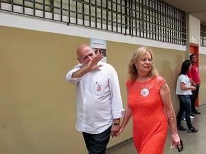 Oswaldo Barba vai até a sua sessão acompanhado da mulher, Cidinha Duarte. (foto: Tiago da Mata)