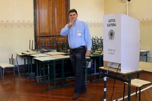 Candidato Flávio Lazarotto faz sinal de vitória durante votação no Álvaro Guião (foto Mauricio Duch)