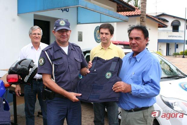 Vereador José Luis Rabello faz a entrega simbólica do colete à um guarda municipal. (Foto: Tiago da Mata / SCA)