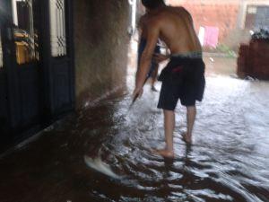 Residência na Rua Odair de Campos Pereira é inundada pela enxurrada. (Foto enviada por leitora).