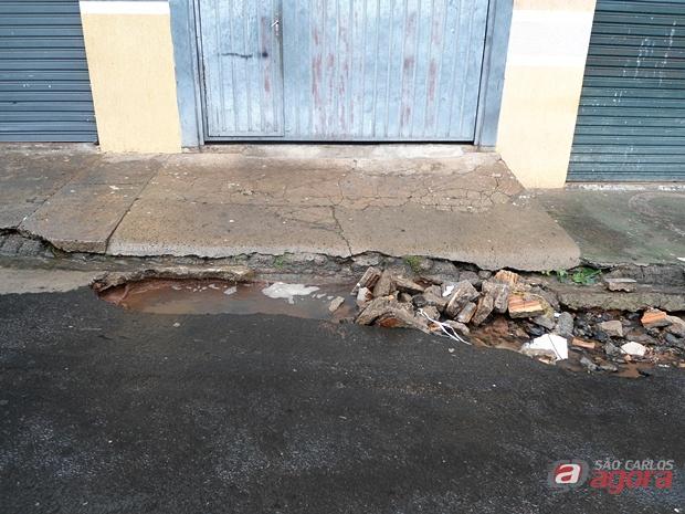 Buraco no Aracy tem causado transtorno à motoristas e moradores. (Foto enviada por leitor).