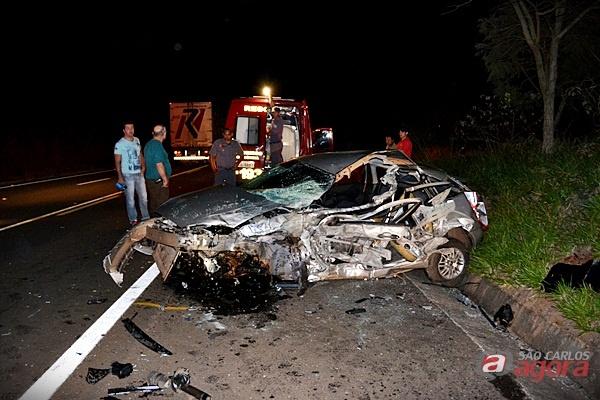 Carro da professora ficou destruido após o impacto. (foto Lucas Castro/RB Na Rede).
