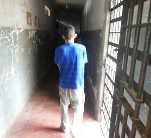 David, um dos acusados, segue para a cela. (foto Araçatuba News).