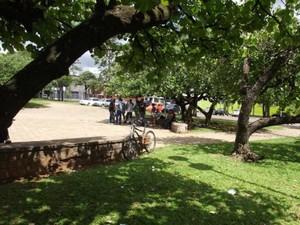Praça defronte ao velório municipal vive tomada por moradores de rua.