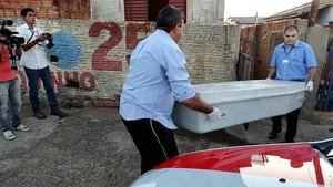 Corpo da vítima sendo encaminhado ao IML. (foto Milton Rogério).
