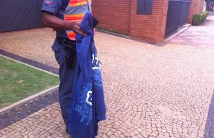Blusas foram abandonadas pelos criminosos há alguns metros da casa da família (Daiane Bombarda/Tribuna Araraquara)