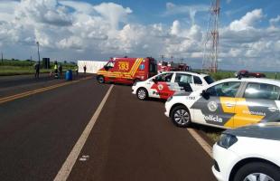 Mulher morre esmagada em acidente com carreta na SP-255 (Foto: Gabriela Martins)
