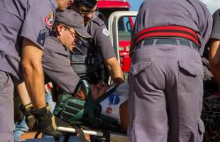 Mulher de 39 anos foi socorrida com variações de consciência até o Hospital São Paulo, em Araraquara (Deivide Leme/ Tribuna Araraquara)
