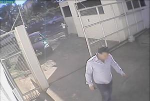 Imagens de câmeras de segurança mostram acusado entrando na Casa de Saúde.