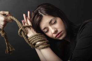Enteada acredita que madrasta está sofrendo de síndrome de estolcomo. (foto Internet)