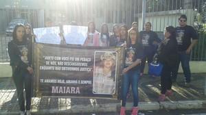 Familiares e amigos de Maiara pedem por Justiça em frente ao Fórum de Leme. (foto Divulgação)