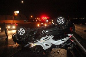 Veículado capotado foi atingido por triciclo na Washington Luis (foto Maycon Maxinimo)