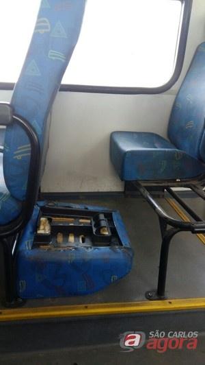 Ônibus em péssimo estado de conservação foram colocados à disposição da população (Foto Reprodução Facebook)