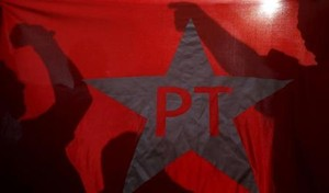 Manifestantes protestam atrás de bandeira do PT em São Paulo. Foto: Reuters/Nacho Doce