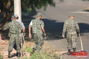 Atiradores do Tiro de Guerra ajudaram nas buscas ao menino que desapareceu na frente da casa dos avós, no Jardim Beatriz. (foto arquivo SCA)